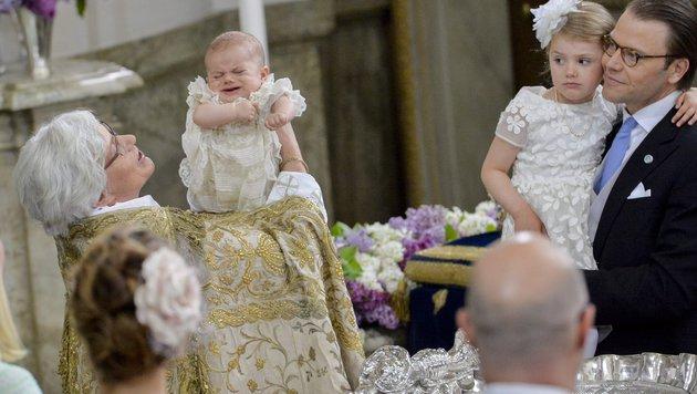 Estelle schaut nach der Taufe von Prinz Oscar etwas skeptisch. (Bild: EPA)