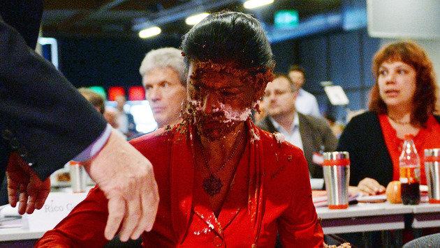 Linkspolitikerin auf Parteitag mit Torte beworfen (Bild: AP)