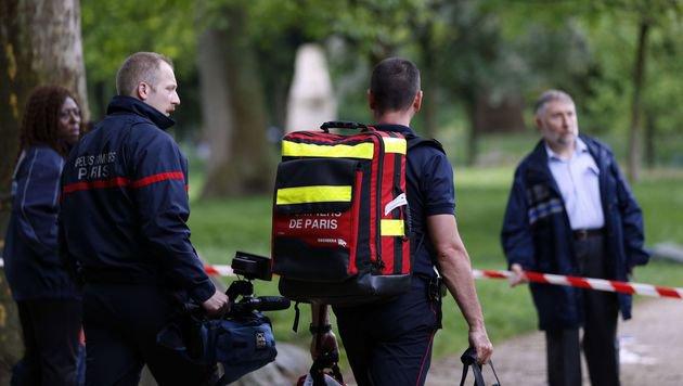 Einsatzkräfte der Pariser Feuerwehr nach dem Blitzschlag (Bild: APA/AFP/MATTHIEU ALEXANDRE)