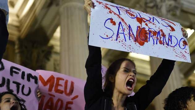 """""""Wir alle bluten"""": In Rio wird wegen der Massenvergewaltigung protestiert. (Bild: AFP)"""