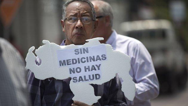 """""""Ohne Medikamente gibt es keine Gesundheit"""": Venezolaner protestieren gegen Medikamentenknappheit. (Bild: ASSOCIATED PRESS)"""