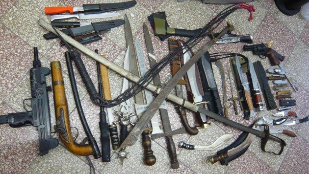 Polizisten entdeckten in Garage Waffenlager! (Bild: Polizei)