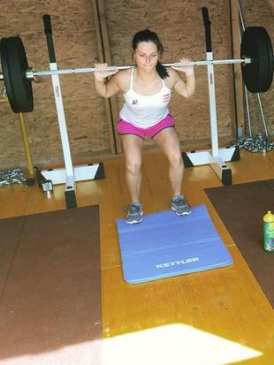 Sportfotos: Sexy Anna schuftet in der Kraftkammer (Bild: instagram.com)