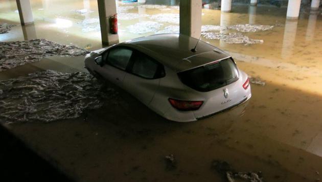Tiefgaragen standen unter Wasser. (Bild: APA/STADTFEUERWEHR OBERWART)