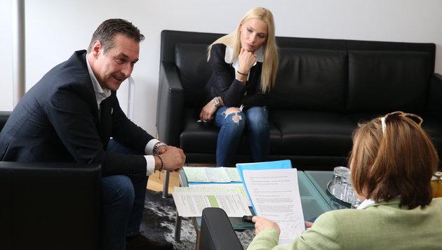 Heinz-Christian Strache mit Freundin Philippa Beck beim Interview mit Conny Bischofberger (Bild: Zwefo)