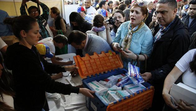 Kolumbianer spenden Medikamenten für das Nachbarland Venezuela. (Bild: ASSOCIATED PRESS)