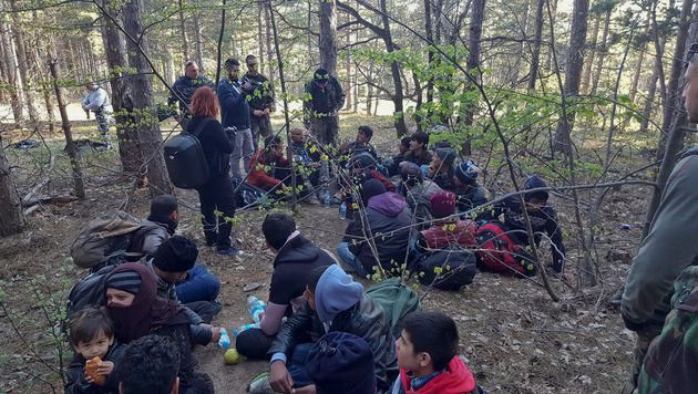 In Bulgarien wurden erneut gut 100 illegale Flüchtlinge aufgegriffen - dieses Bild ist von April. (Bild: AFP (Archivbild))