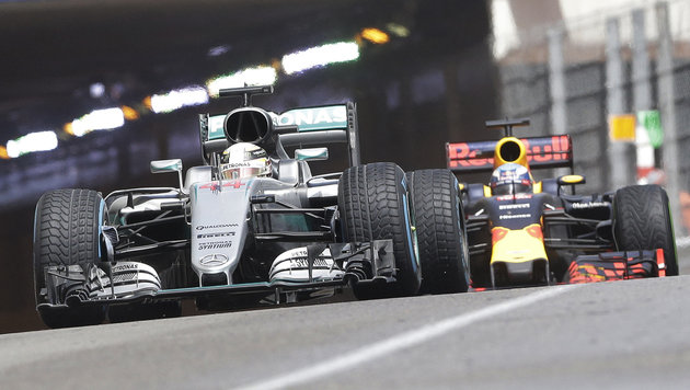 Hamilton siegt vor Ricciardo, weil Red Bull patzt! (Bild: AP)
