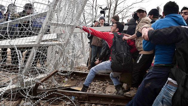 Im April versuchten Migranten den  Grenzzaun in Idomeni gewaltsam zu überwinden. (Bild: AFP (Archivbild))