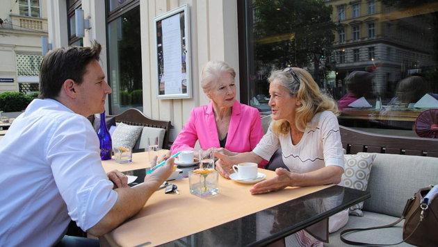 Christiane Hörbiger und Kathrin Zechner im Gespräch mit Adabei Norman Schenz (Bild: Starpix/ Alexander TUMA)
