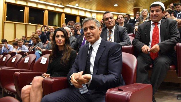 Amal und George Clooney besuchen eine Veranstaltung des Vatikans. (Bild: AFP or licensors)