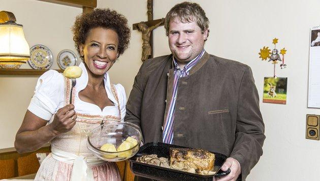 Arabella mit Martin, dem bärigen Winzer (Bild: ATV/ERNST KAINERSTORFER)