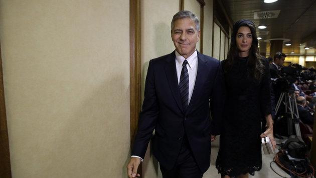 George Clooney mit Ehefrau Amal auf dem Weg zum Papst (Bild: AP)