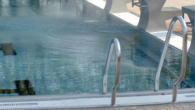 Bub (4) trieb in Wasser - von Zeugin reanimiert (Bild: APA/ROLAND SCHLAGER (Symbolbild))