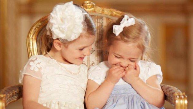 Die kleinen schwedischen Prinzessinnen Estelle (4) und Leonore (2)kichern gemeinsam. (Bild: Facebook.com/Princess Madeleine of Sweden)