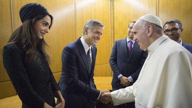George Clooney und Ehefrau Amal werden von Papst Franziskus begrüßt. (Bild: EPA)