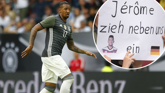 Rassismus-Attacke: DFB-Fans unterstützen Boateng (Bild: ASSOCIATED PRESS, APA/AFP/dpa/ANDREAS GEBERT)