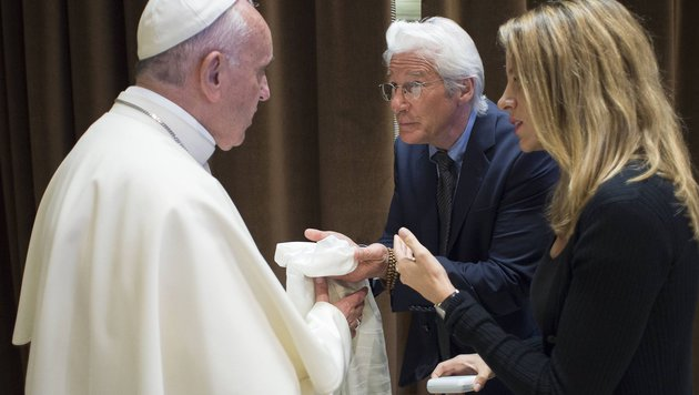 Richard Gere kam mit Freundin Alejandra Silva und überreichte dem Papst einen weißen Schal. (Bild: AFP)