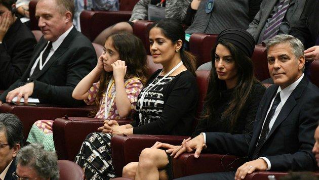 Salma Hayek und mit Ehemann François-Henri Pinault mit Töchterchen Valentina beim Papst (Bild: AFP or licensors)