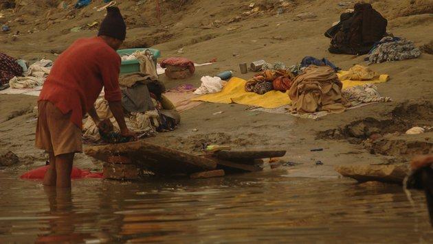 Die Bewohner Indiens haben oft keine Wahl, waschen sogar ihre Kleidung im Ganges. (Bild: flickr.com/Honza Soukup)