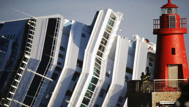"""Die """"Costa Concordia"""" rammte im Jänner 2012 vor der Insel Giglio einen Felsen und kenterte. (Bild: AFP)"""