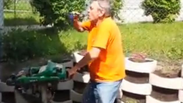 Baumaschine sch�ttelt Biertrinker durch (Bild: facebook.com)