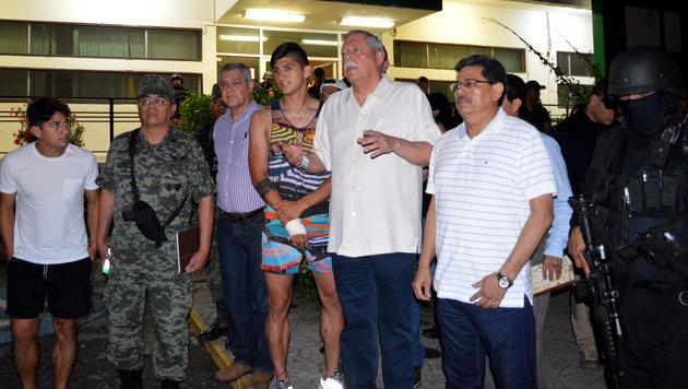 Alan Pulido mit bandagiertem Arm nach der Entführung (Bild: AFP)