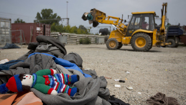 Das Camp in Idomeni ist ger�umt, zur�ckgelassene Habseligkeiten der Fl�chtlinge werden entsorgt. (Bild: ASSOCIATED PRESS)