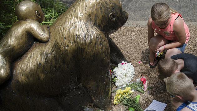 Kinder legen Blumen und Abschiedsbriefe vor eine Gorilla-Statue im Zoo von Cincinnati. (Bild: ASSOCIATED PRESS)