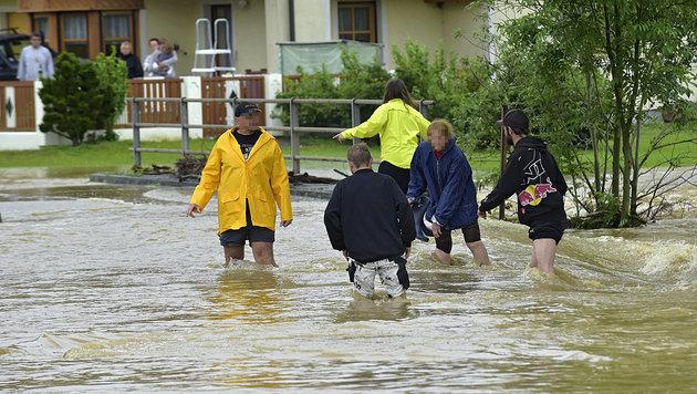 Überflutungen nach Unwettern in OÖ und Salzburg (Bild: APA/MANFRED FESL)