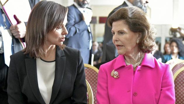 Familienministerin Sophie Karmasin im Gespräch mit Königin Silvia (Bild: APA/HERBERT NEUBAUER)