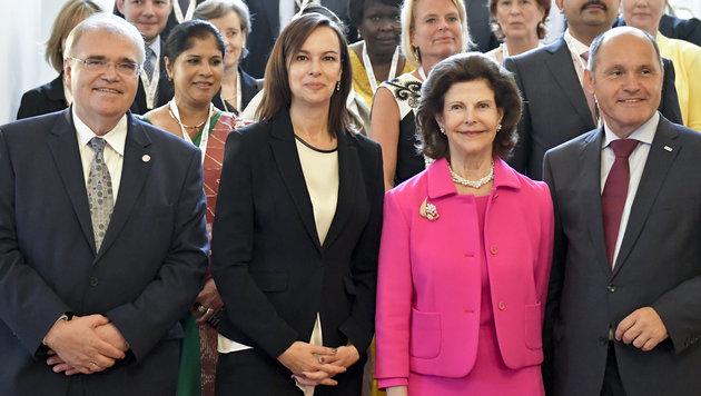 Die Minister Wolfgang Brandstetter, Sophie Karmasin und Wolfgang Sobotka mit Königin Silvia (Bild: APA/HERBERT NEUBAUER)