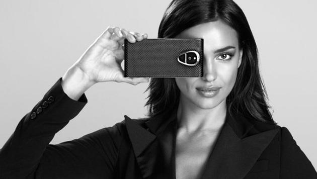 Model Irina Shayk mit dem abhörsicheren Solarin-Smartphone (Bild: Sirin Labs)