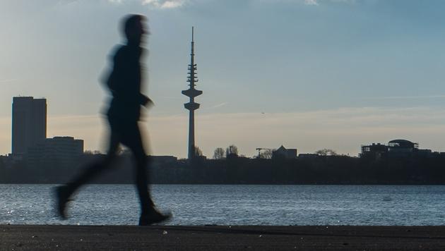 Großeinsatz wegen Joggers mit Gewichtsweste (Bild: APA/dpa/Lukas Schulze (Symbild))
