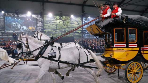 Mit Pferdekutschen und Artisten wurde der Gotthard-Tunnel spektakulär eröffnet. (Bild: APA/AFP/POOL/PETER KLAUNZER)