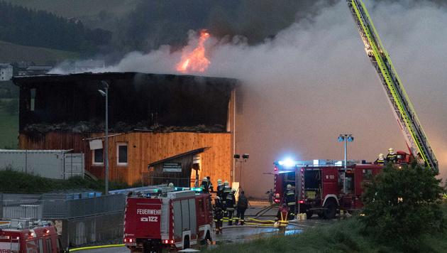Flammen schlugen aus dem Dach des Holzgebäudes. (Bild: APA/FOTOKERSCHI.AT)