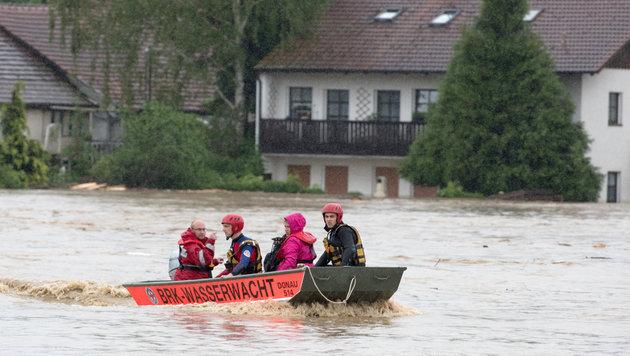 Oma, Mutter und Tochter in den Fluten ertrunken (Bild: APA/dpa/Armin Weigel)