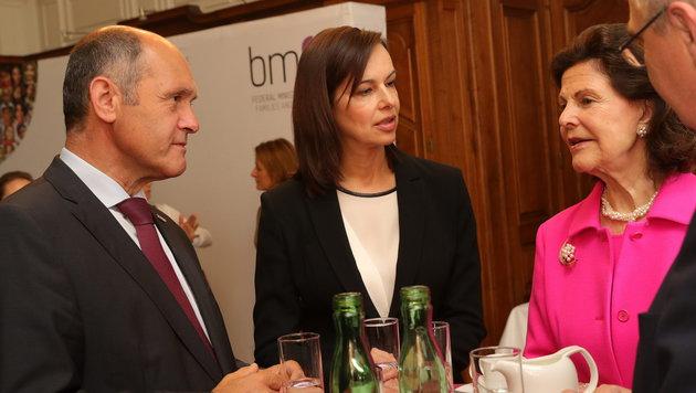 Königin Silvia im Gespräch mit Innenminister Wolfgang Sobotka und Familienministerin Sophie Karmasin (Bild: Starpix/ Alexander TUMA)