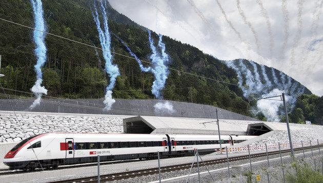 Der erste Zug, der aus dem Nordportal des Tunnels herauskam, wurde mit Salutschüssen gefeiert. (Bild: ASSOCIATED PRESS)
