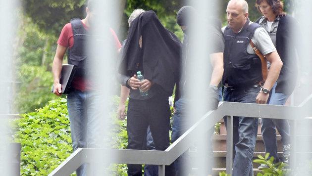 Einer der Terrorverd�chtigen wurde am Donnerstag in Karlsruhe dem Haftrichter vorgef�hrt. (Bild: APA/dpa/Uli Deck)