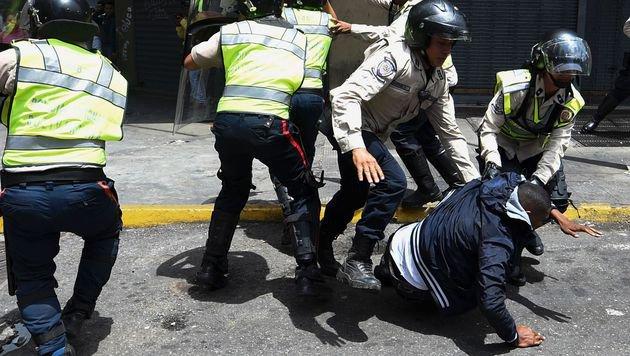 Proteste in Venezuela: Polizei setzt Tränengas ein (Bild: AFP)