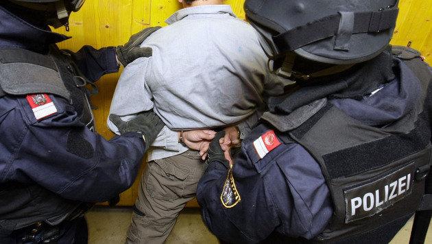 Asylwerber (14) attackiert Betreuerin mit Messer (Bild: APA/Hans Klaus Techt (Symbolbild))