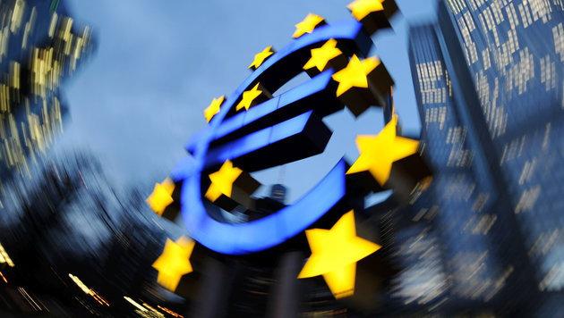Eine Euro-Skulptur vor der EZB-Zentrale in Frankfurt am Main (Bild: APA/dpa)
