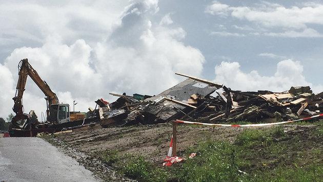 Bei dem Brandanschlag wurde das Flüchtlingsheim in Altenfelden komplett zerstört. (Bild: APA/STRINGER)