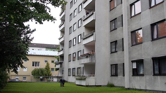 Vom Balkon im dritten Stock stürzte der Vierjährige auf die Wiese. (Bild: Matthias Lauber)