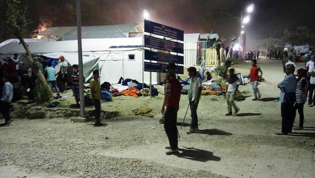 Hunderte vor Randalen in Fl�chtlingslager geflohen (Bild: AFP)