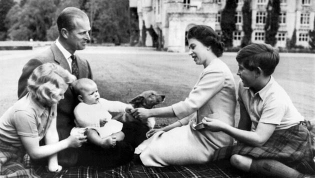 Prinz Philip und Queen Elizabeth mit ihren Kindern Anne, Charles und Andrew im Jahr 1960 (Bild: AFP)