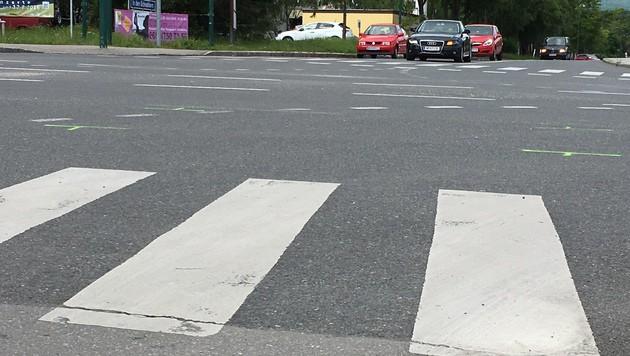 Die grünen Markierungen auf der Straße zeigen die Stelle des Unfalldramas. (Bild: Monatsrevue/Thomas Lenger)