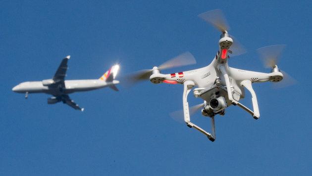 Drohne näherte sich Passagierflugzeug auf 30 Meter (Bild: APA/dpa/Julian Stratenschulte)