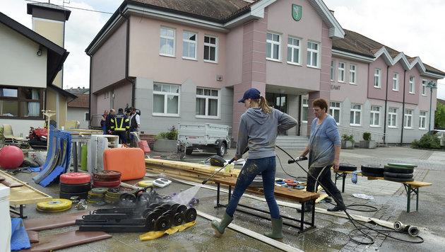 In Weng wurden die aus den gefluteten Kellern von Gemeindeamt und Mehrzweckhalle gereinigt (Bild: Manfred Fesl)